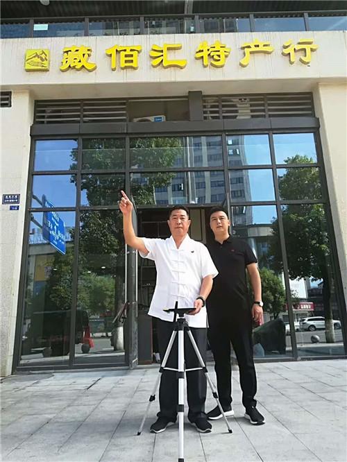 中国著名易道天眼风水学者,重庆风水大师高浦洪,2020年7月27日在重庆市綦江区红星国际广场铜锣湾为福主老板看阳宅风水。