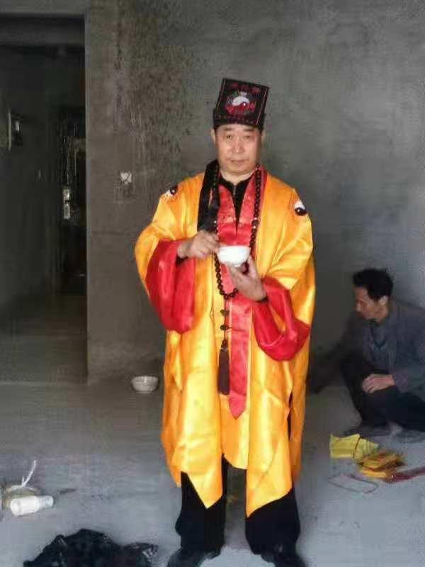 重庆风水大师高浦洪在重庆市綦江区为福主老板看阳宅风水